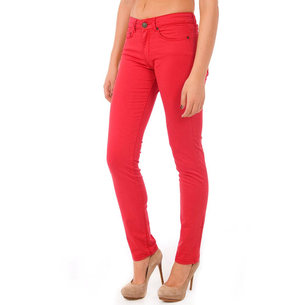 Los colores medios también tienen su lugar en la cima de un par de pantalones marrones con estilo. Los tonos son especialmente apropiados para el otoño y principios del invierno, dando una calidad cálida, terrosa al conjunto.