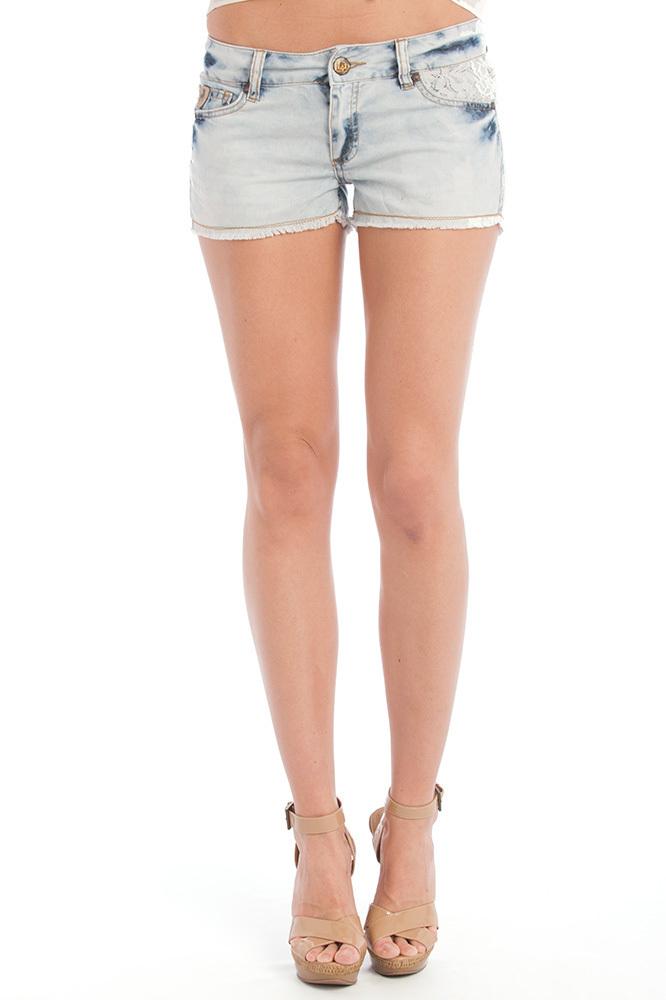 Chica pantalon corto se le ven los cachetes del culo 6