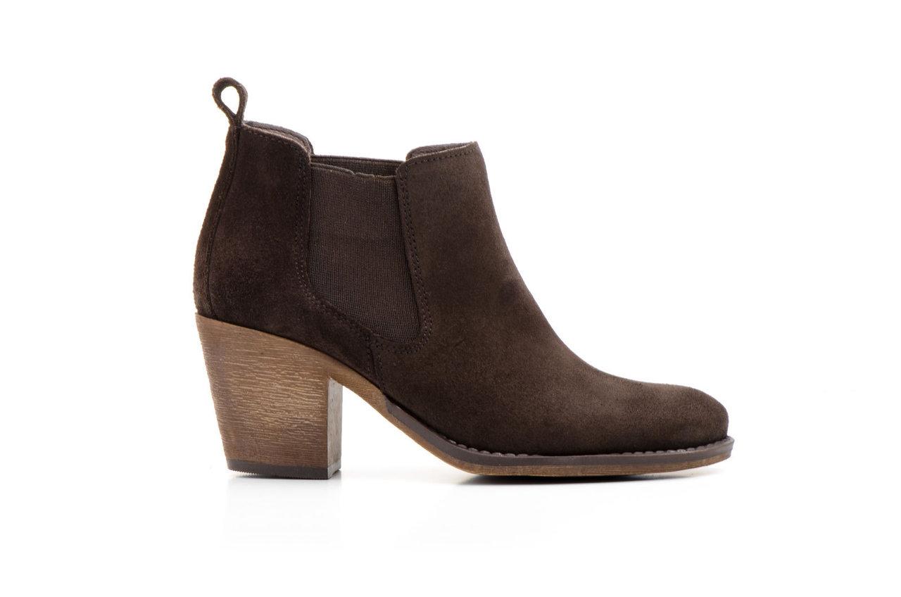 Botines de Mujer Encuentra el botínde mujer más trending del momento. En nuestra categoría de botines para las mujeres hallarás botas bajas para invierno, botines de primavera, con flecos, de piel, todos los botines con los que puedas soñar.