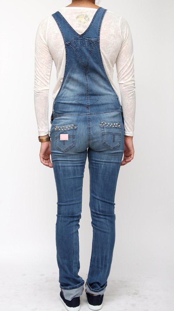 Los pantalones vaqueros de hombre de corte recto son los más clásicos y los preferidos por la mayoría. Cómodos y fáciles de llevar, son perfectos para lucir un estilo casual masculino, con cinturón de cuero, camisa informal y zapatos.