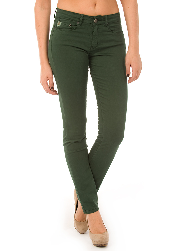 Pantalón en tejido elástico con cintura estándar, cierre de corchete oculto, bolsillos al bies y perneras pitillo.